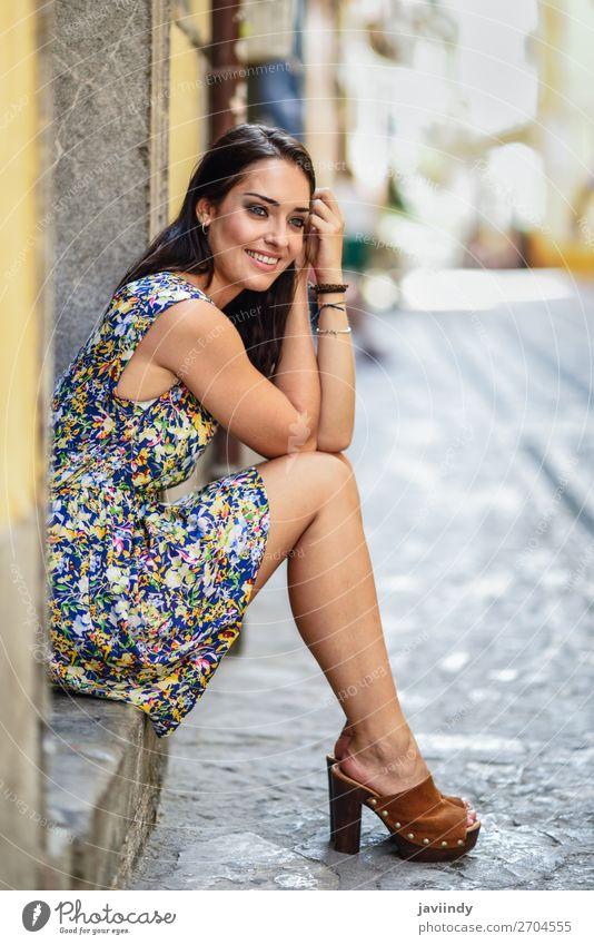 Fröhliche junge Frau mit blauen Augen, die lächelnd auf einer städtischen Stufe sitzen. Lifestyle Stil Glück schön Haare & Frisuren Sommer Mensch feminin