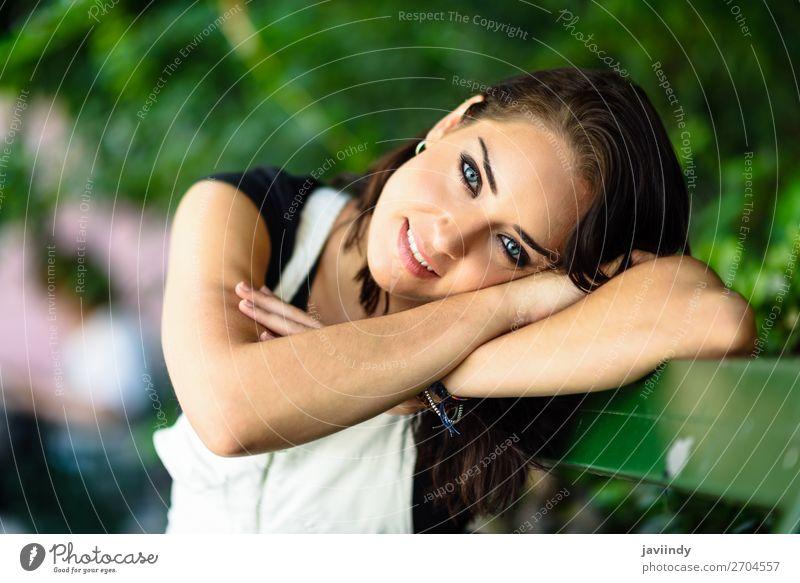 Glückliche junge Frau mit blauen Augen, die auf die Kamera schauen. Stil schön Haare & Frisuren Sommer Mensch feminin Junge Frau Jugendliche Erwachsene 1