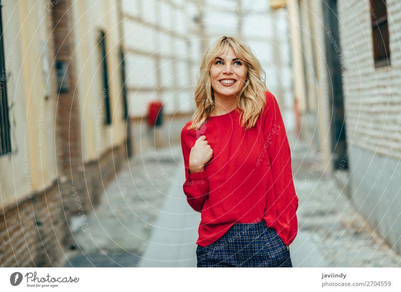 Glückliche junge blonde Frau, die die Straße hinuntergeht. Lifestyle Stil schön Haare & Frisuren Mensch feminin Junge Frau Jugendliche Erwachsene 1 18-30 Jahre