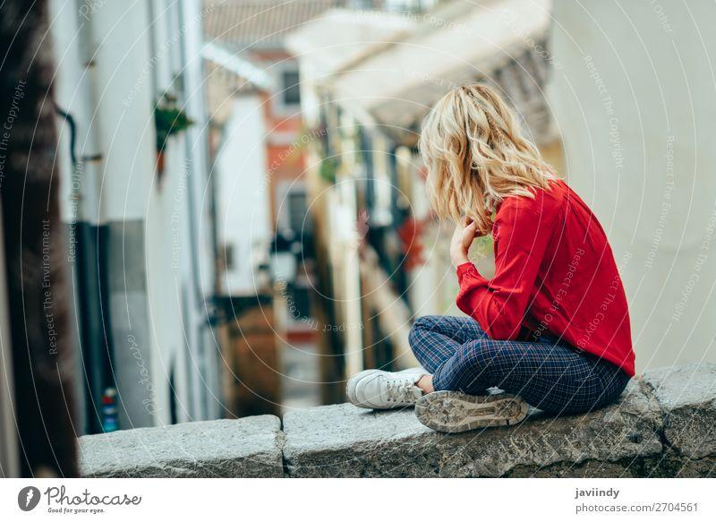 Junge Frau, die im Freien sitzt und eine schöne schmale Straße sieht. Lifestyle Stil Glück Haare & Frisuren Mensch feminin Jugendliche Erwachsene 1 18-30 Jahre