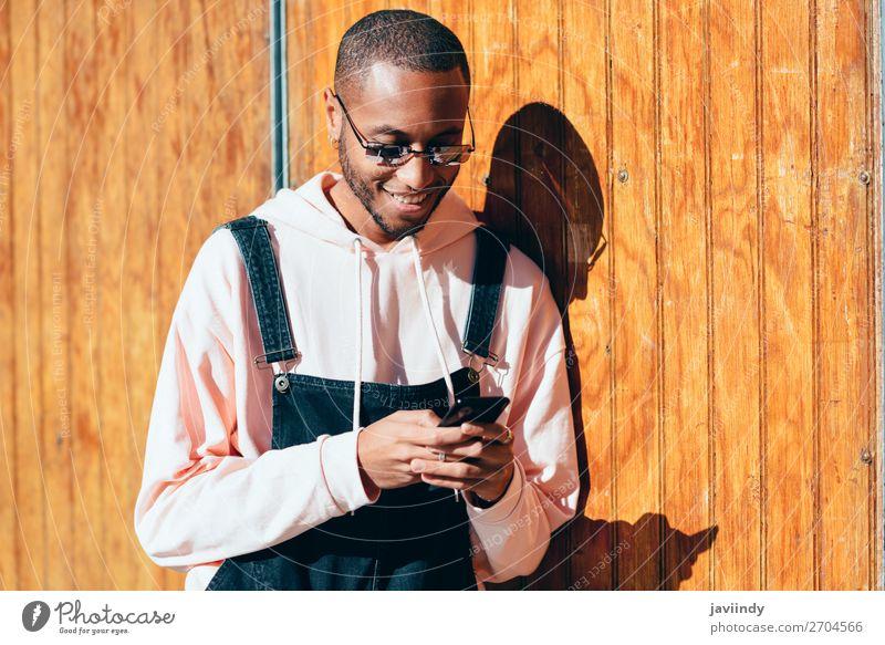 Junger schwarzer Mann nutzt Smartphone im Freien Lifestyle Glück schön Telefon PDA Technik & Technologie Mensch maskulin Junger Mann Jugendliche Erwachsene 1