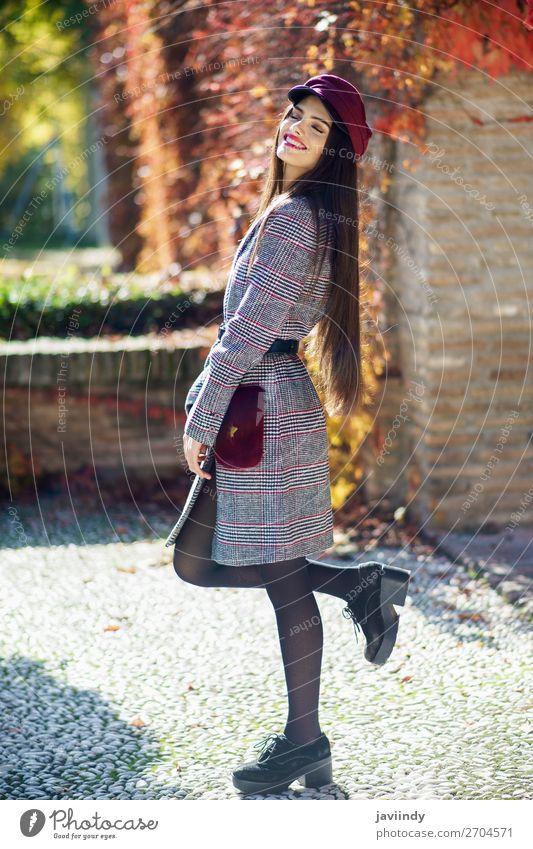 Junges, schönes Mädchen mit sehr langen Haaren, das einen Wintermantel trägt. Lifestyle Stil Haare & Frisuren Mensch feminin Junge Frau Jugendliche Erwachsene 1