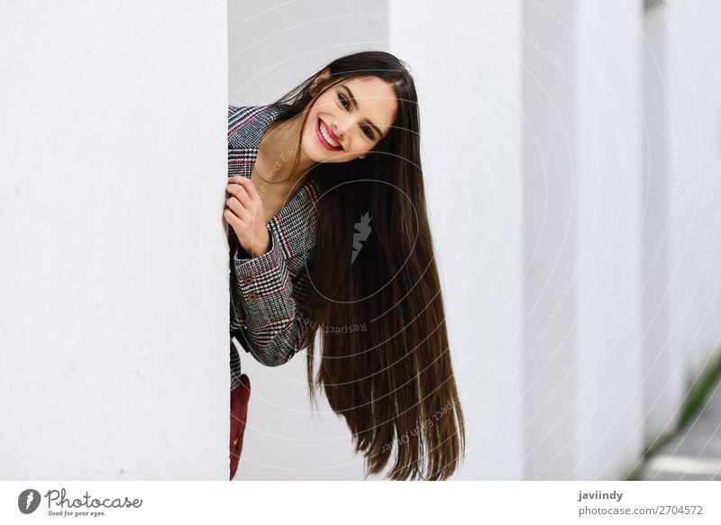 Junges schönes Mädchen mit sehr langen Haaren, das vor der Kamera lächelt. Lifestyle Stil Haare & Frisuren Winter Mensch feminin Junge Frau Jugendliche