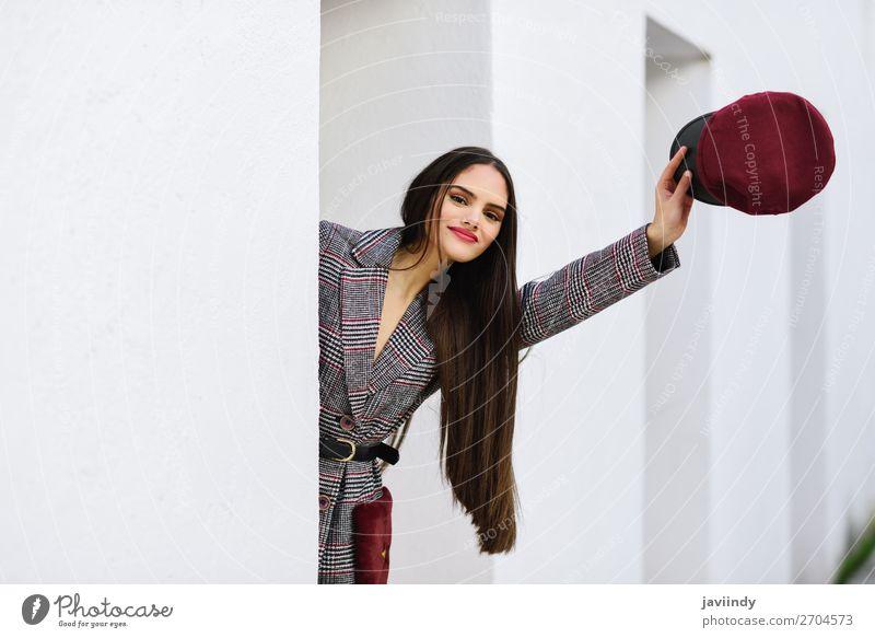 Junges schönes Mädchen mit sehr langen Haaren, das auf die Kamera schaut. Lifestyle Stil Haare & Frisuren Winter Mensch feminin Junge Frau Jugendliche