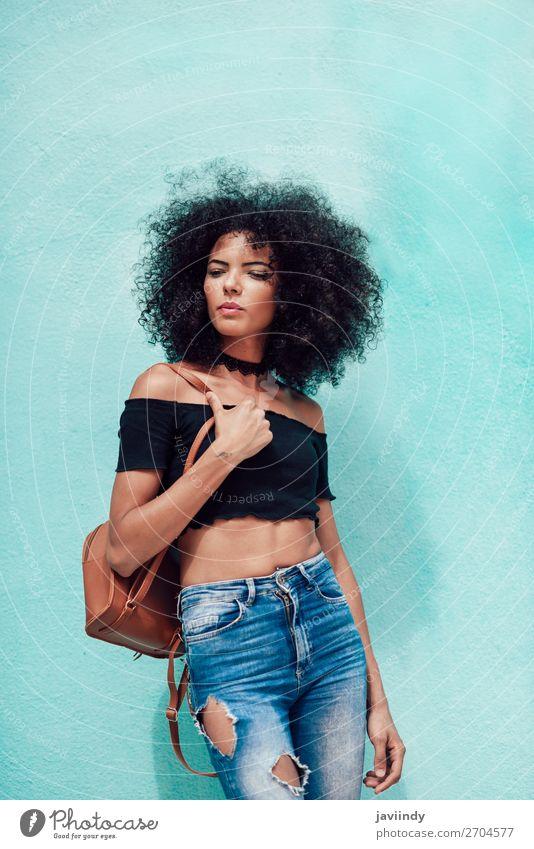 Frau Mensch Jugendliche Junge Frau schön schwarz 18-30 Jahre Gesicht Straße Lifestyle Erwachsene feminin Glück Stil Mode Haare & Frisuren