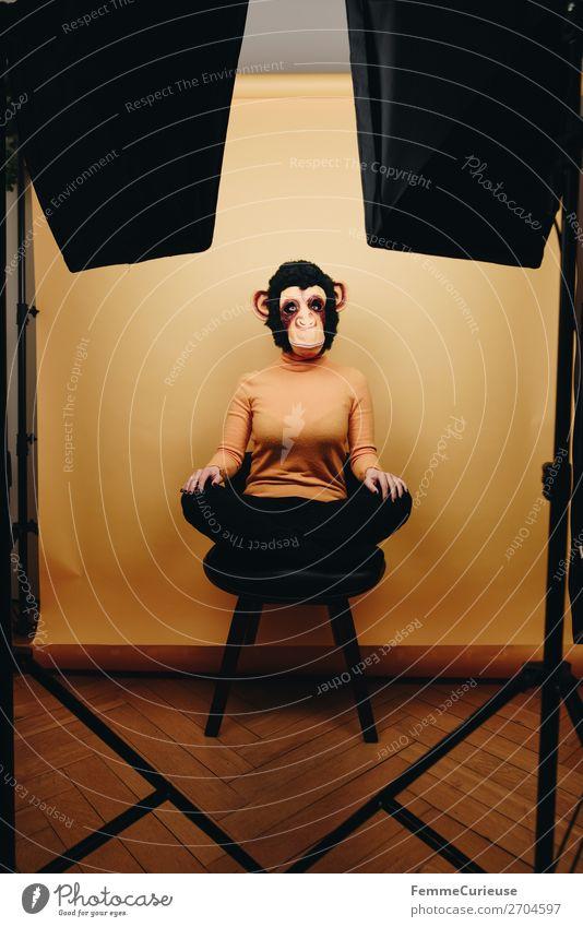 Woman with monkey mask sitting in photo studio feminin Frau Erwachsene 1 Mensch 18-30 Jahre Jugendliche 30-45 Jahre Freude Fotostudio Studioaufnahme home studio