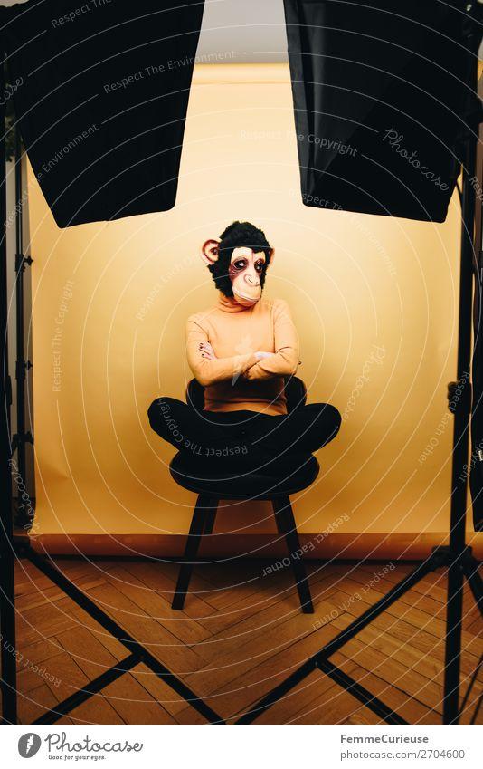 Woman with monkey mask cross-legged with folded arms feminin Frau Erwachsene 1 Mensch 18-30 Jahre Jugendliche 30-45 Jahre Freude verschränkt verschränken Arme