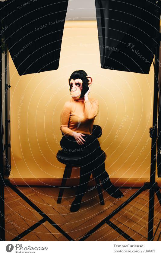 Woman with monkey mask posing in photo studio feminin Frau Erwachsene 1 Mensch 18-30 Jahre Jugendliche 30-45 Jahre Freude Maske Affen Schimpansen Evolution