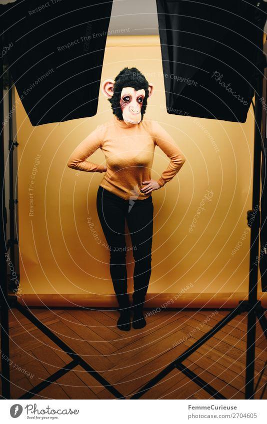 Woman with monkey mask posing in photo studio feminin Frau Erwachsene 1 Mensch 18-30 Jahre Jugendliche 30-45 Jahre Freude Affen Schimpansen Maske Fell Karneval
