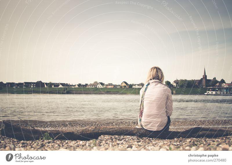 Alles ist im Fluss elegant Erholung ruhig feminin Junge Frau Jugendliche 1 Mensch 18-30 Jahre Erwachsene Küste Flussufer Düsseldorf Kleinstadt Stadtrand