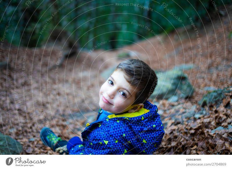 Porträt eines kleinen Jungen im Wald Lifestyle Freude Glück schön Spielen Ferien & Urlaub & Reisen Winter Berge u. Gebirge wandern Garten Kind Baby Kleinkind