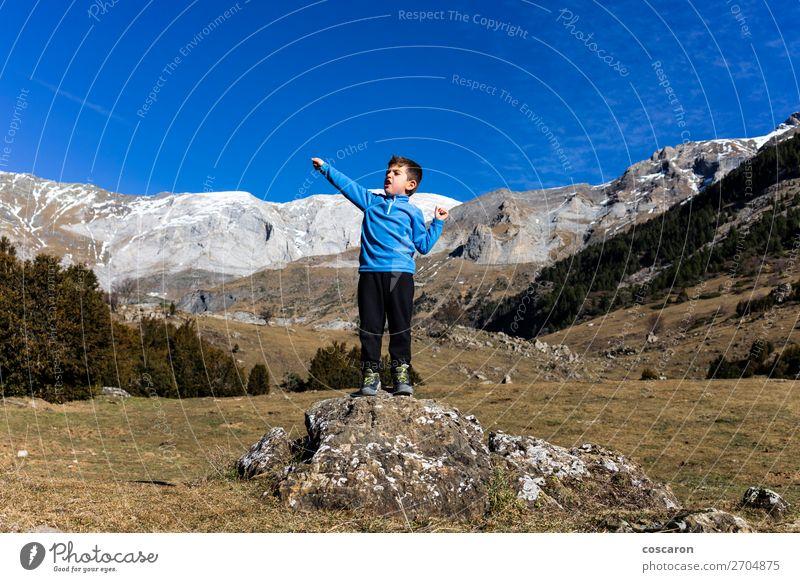 Kleiner Bergsteiger auf dem Gipfel der Berge Freude schön Freizeit & Hobby Ferien & Urlaub & Reisen Abenteuer Sommer Winter Schnee Winterurlaub Berge u. Gebirge