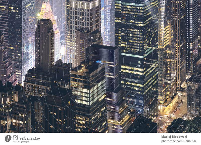 Luftaufnahme der modernen Gebäude von New York City bei Nacht. Arbeit & Erwerbstätigkeit Arbeitsplatz Büro Stadt Stadtzentrum Hochhaus Architektur Straße