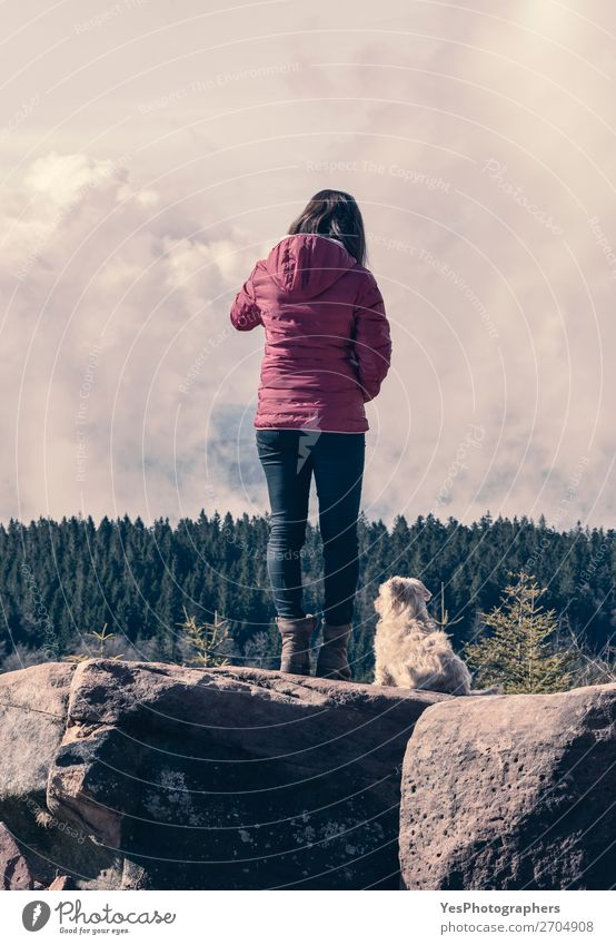 Tausendjähriges Mädchen und ihr Hund auf Bergfelsen Freude Erholung Ferien & Urlaub & Reisen Ausflug Abenteuer Berge u. Gebirge wandern Mensch feminin
