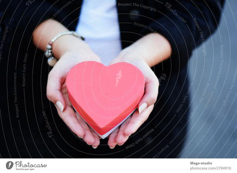 Weibliche Hände halten eine herzförmige Geschenkbox. Glück schön Feste & Feiern Valentinstag Weihnachten & Advent Geburtstag Mensch Frau Erwachsene Mann Hand