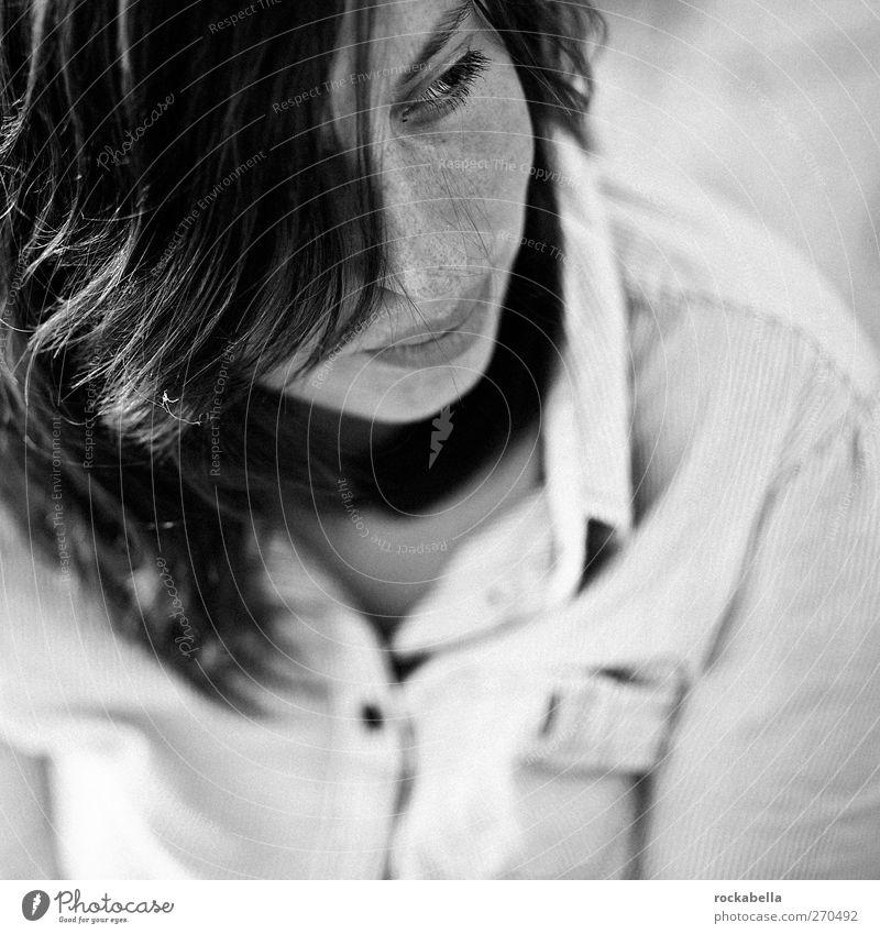 Hiddensee | portrait of a dreamer. Mensch Frau Jugendliche schön Erwachsene feminin Erotik Zufriedenheit 18-30 Jahre ästhetisch nah brünett langhaarig Sommersprossen Scheitel