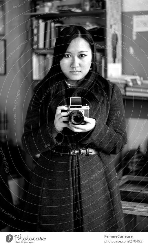 Analog. Mensch Frau Jugendliche Erwachsene feminin Junge Frau geschlossen Fotografie 18-30 Jahre Perspektive Fotokamera festhalten Student analog Wohnzimmer