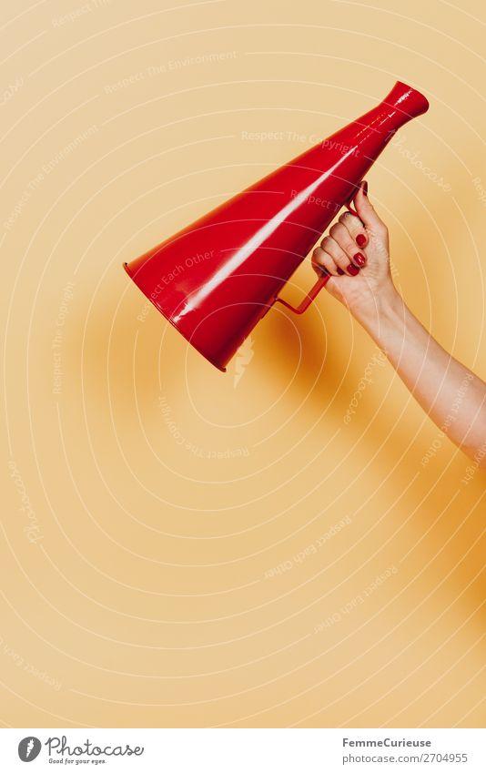 Female hand holding megaphone feminin 1 Mensch Kommunizieren Ansage Durchsage Respekt Information sprechen informieren Sprache Sprachrohr Megaphon rot gelb
