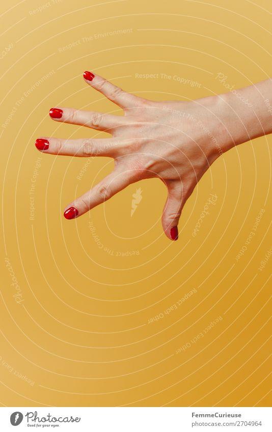Forearm and hand with spread fingers against a yellow background feminin 1 Mensch schön Nagellack rot gelb Hand Finger spreizen Handoberfläche zart verdecken