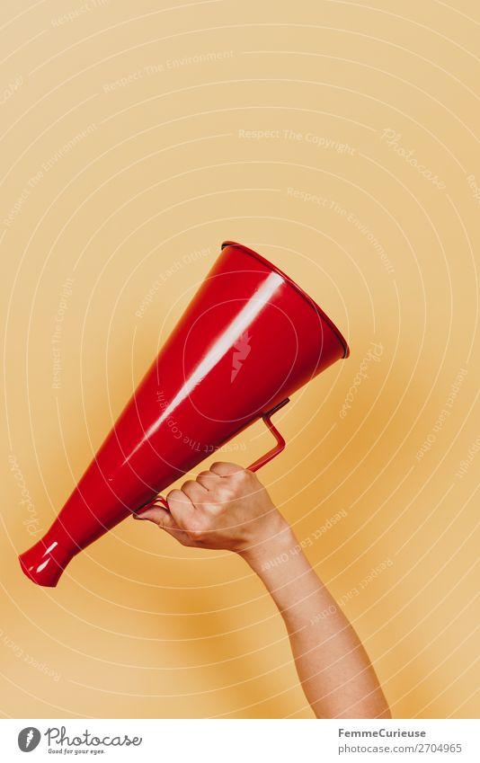 Female hand holding megaphone feminin 1 Mensch Kommunizieren Streik Durchsage Ansage Sprache Respekt Megaphon rot gelb Aufstand Demonstration Sprachrohr