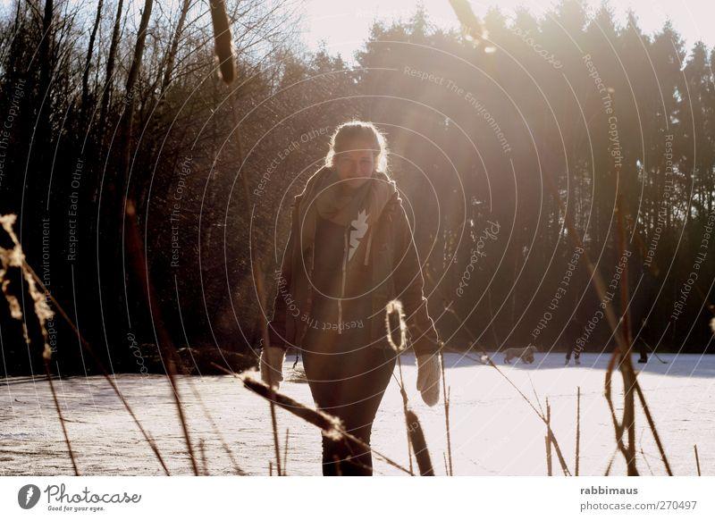 walk on ice Freiheit Schnee feminin Junge Frau Jugendliche Körper Gesicht Arme Beine Natur Landschaft Luft Sonnenlicht Schönes Wetter Eis Frost Mode Jeanshose