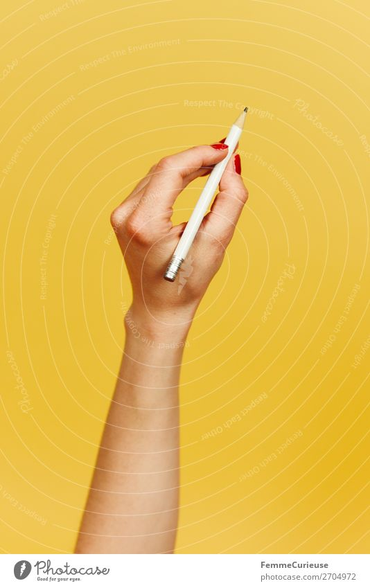 Forearm and hand with pencil against a yellow background feminin 1 Mensch Kommunizieren Design gelb schreiben zeichnen Bleistift Hand Unterarm Finger Gelenk
