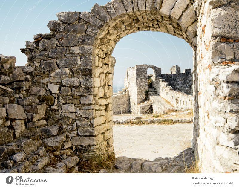 altes Tor Umwelt Natur Himmel Beratung Albanien Stadt Altstadt Haus Ruine Bauwerk Gebäude Mauer Wand Tür Berat Castle historisch blau grau Stein Steinmauer