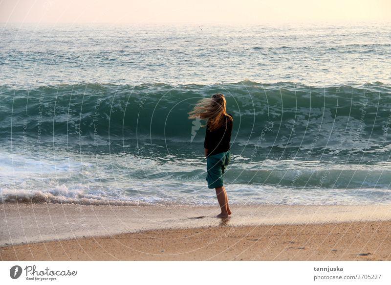 Junge Frau und Atlantik Lifestyle Ferien & Urlaub & Reisen Tourismus Abenteuer Ferne Freiheit Sommer Sommerurlaub Strand Meer Wellen Mensch feminin Jugendliche