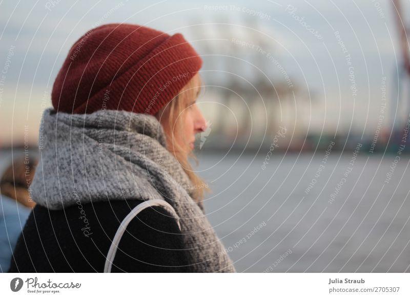 Frau Hamburg Hafen Schal feminin Erwachsene 1 Mensch 18-30 Jahre Jugendliche Winter Flussufer Hamburger Hafen Mantel Mütze blond Pony beobachten Denken warten