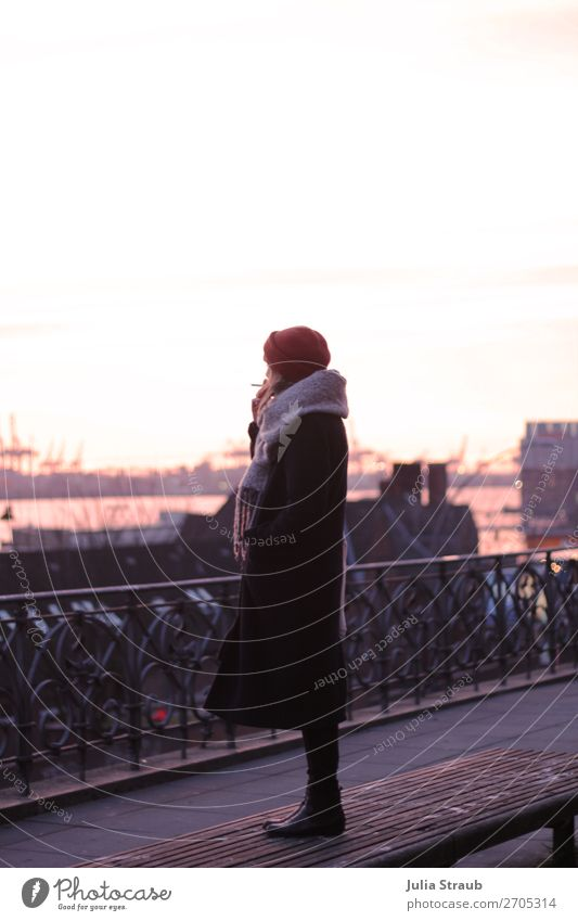 Frau Rauchen Hamburg Landungsbrücken feminin Erwachsene 1 Mensch 18-30 Jahre Jugendliche Winter Hafen Balkon Mantel Schal Mütze stehen Ferne Unendlichkeit