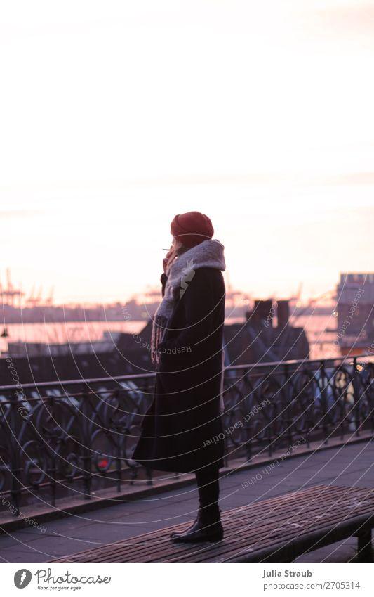 Frau Rauchen Hamburg Landungsbrücken Mensch Jugendliche Winter Ferne 18-30 Jahre Erwachsene feminin rosa stehen Pause Hafen geheimnisvoll Unendlichkeit Balkon
