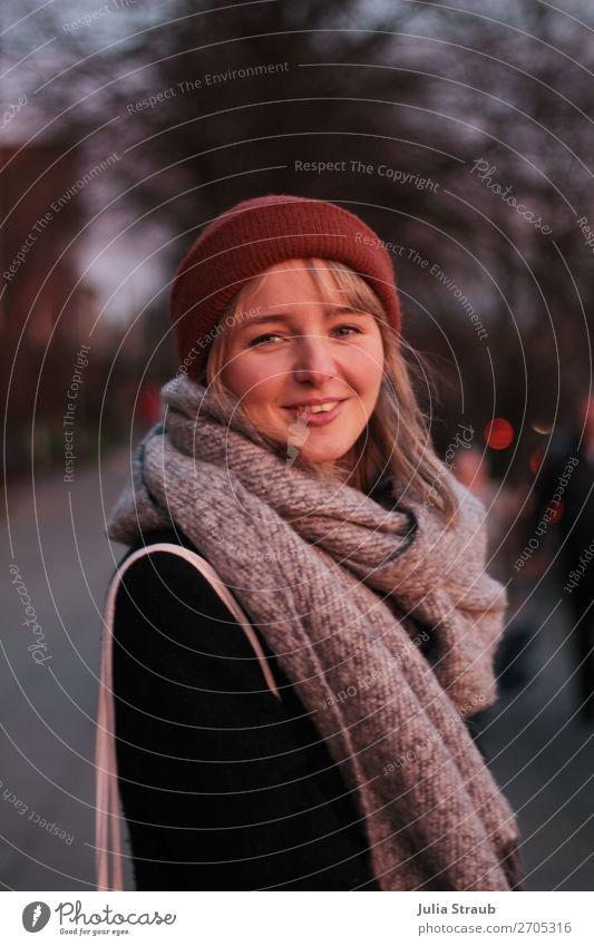 Frau Schal Mütze Abendrot Mensch Jugendliche schön 18-30 Jahre Erwachsene feminin lachen grau rosa Zufriedenheit leuchten blond stehen Fröhlichkeit Hamburg