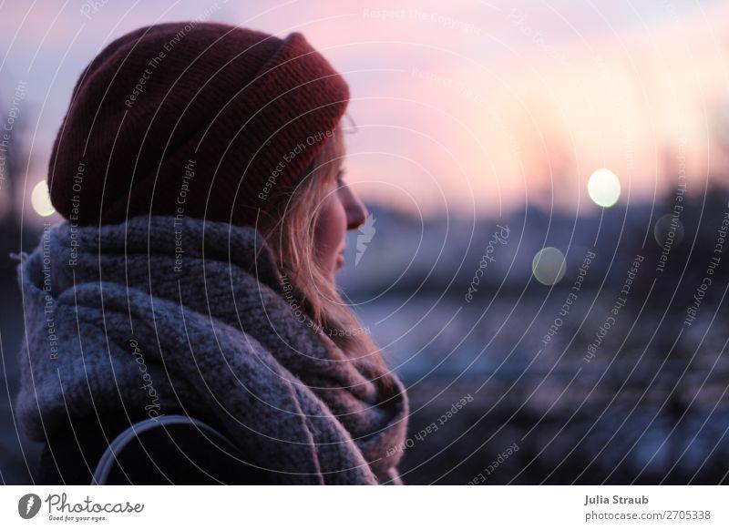 Frau Licht Winter Mütze Abendrot feminin Erwachsene 1 Mensch 18-30 Jahre Jugendliche Landschaft Schal beobachten Blick stehen rosa Sorge Sehnsucht Heimweh