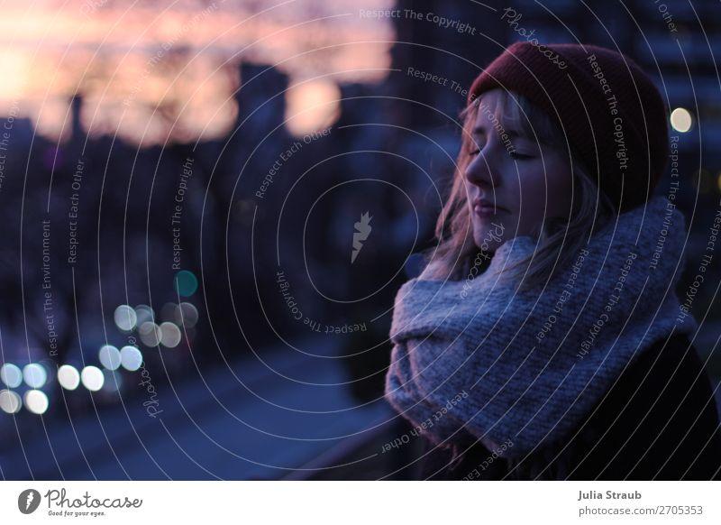 Hübsche Frau mit Mütze und Schal genießt das Abendlicht am Hamburger Hafen feminin Erwachsene 1 Mensch 18-30 Jahre Jugendliche Mantel blond Pony atmen Erholung