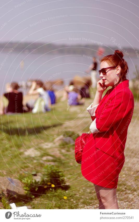 11.30 Uhr am See! Ja, genau! Mensch Frau Jugendliche Ferien & Urlaub & Reisen Sommer Meer rot Freude Junge Frau Strand Erwachsene 18-30 Jahre Leben feminin Paar
