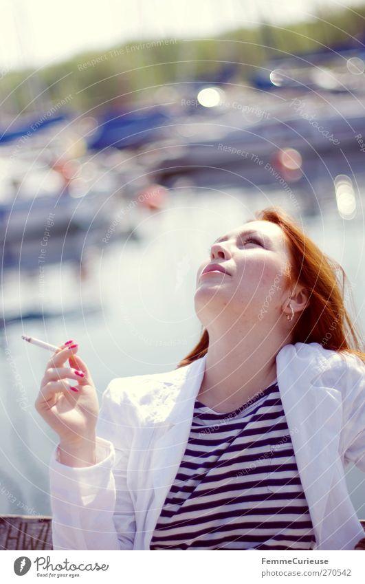 Einen Zug nehmen. Mensch Frau Jugendliche weiß Ferien & Urlaub & Reisen Erwachsene Erholung Ferne feminin Freiheit Stil Wasserfahrzeug Junge Frau sitzen elegant