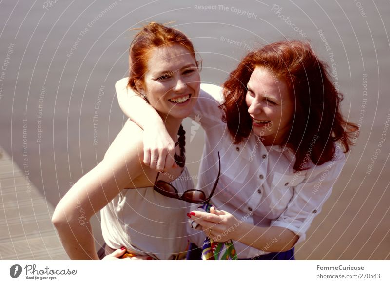 Freundschaft. Mensch Frau Jugendliche schön Sonne Sommer Meer Strand Erwachsene Erholung Ferne feminin lachen Stil See