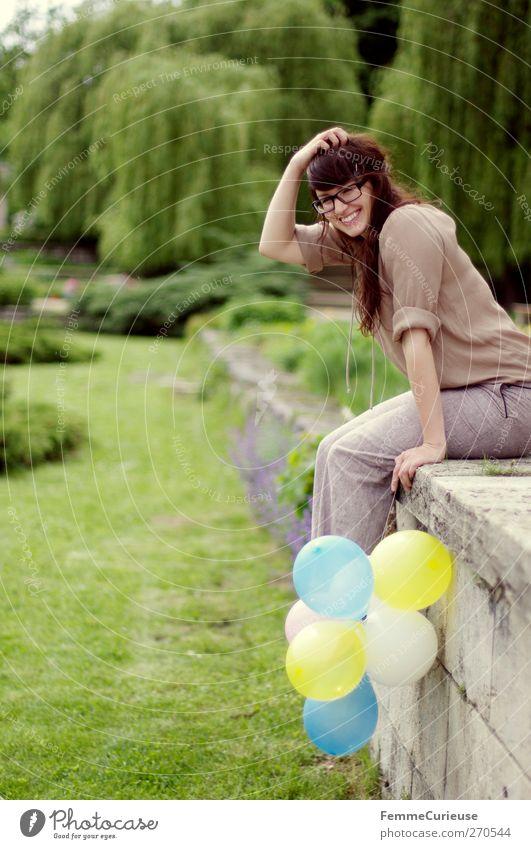 Die Luftballons sind schon mal aufgepustet! :-) Mensch Frau Jugendliche Baum Sommer Freude Wolken Erwachsene feminin Haare & Frisuren Mauer Freundschaft Park