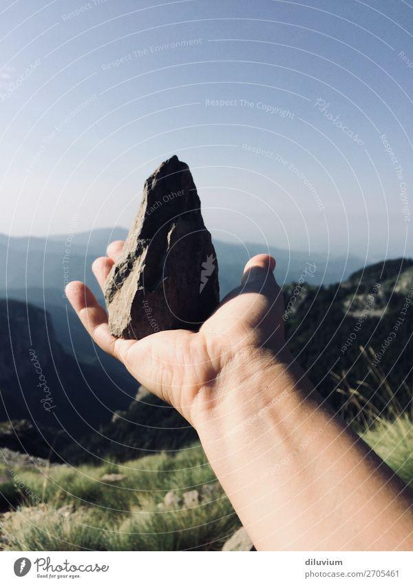 suiseki Mensch Natur Jugendliche blau Landschaft Hand Berge u. Gebirge 18-30 Jahre Erwachsene Stein Horizont wandern frei Arme Finger Alpen