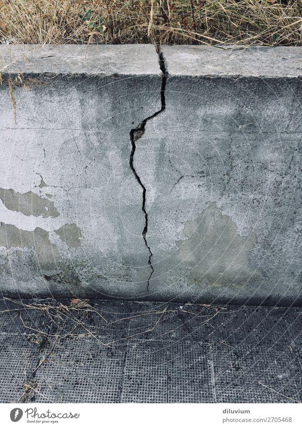 bruchstück Gras Mauer Wand Bodenbelag Stein Asphalt Riss kaputt grau Verfall Wandel & Veränderung Farbfoto Gedeckte Farben Außenaufnahme Strukturen & Formen