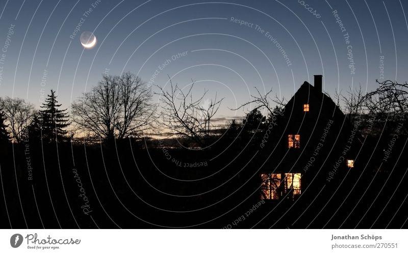Dunkel war's, der Mond schien helle Himmel Baum Einsamkeit schwarz Haus Landschaft dunkel Garten Horizont Angst außergewöhnlich bedrohlich Idylle geheimnisvoll