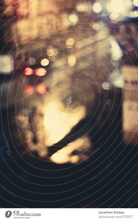 Regen auf der Straße Stadt Einsamkeit dunkel Traurigkeit träumen ästhetisch Trauer Straßenbeleuchtung Unwetter Stadtzentrum England schlechtes Wetter