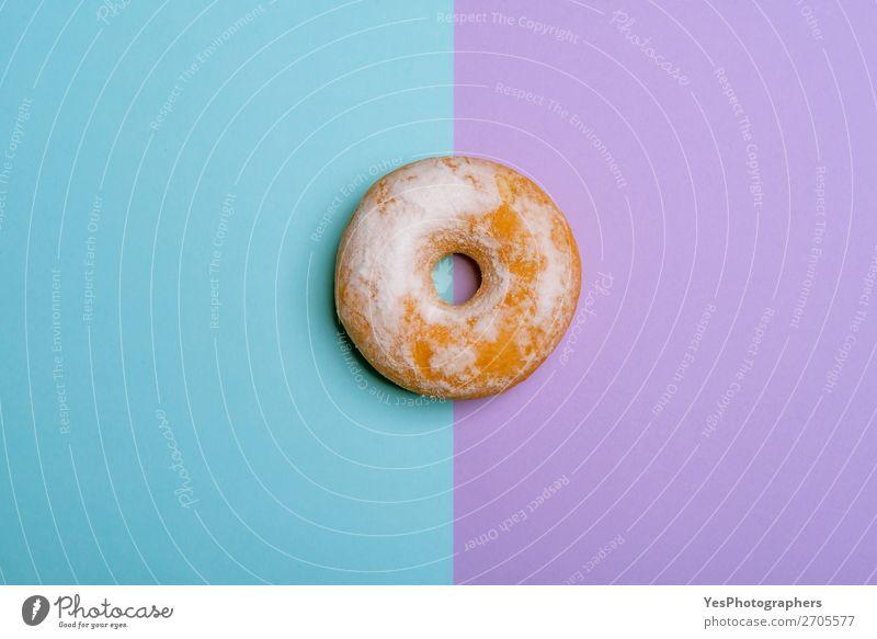 Einzelner Donut auf blau-violettem Hintergrund. Minimalistische flache Verlegung Dessert Frühstück rosa obere Ansicht backen Bäckerei zweifarbig Kuchen Konfekt