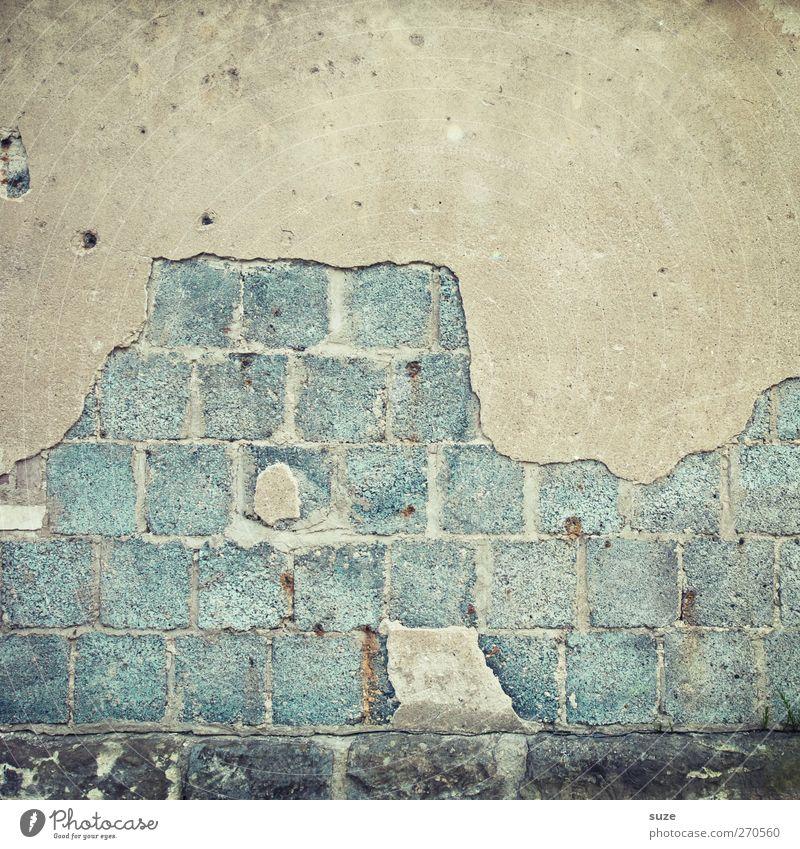Wandtafelberg Haus Mauer Fassade Stein alt dreckig einfach kaputt trist trocken Verfall Vergänglichkeit Putz Zahn der Zeit Hintergrundbild abblättern verfallen