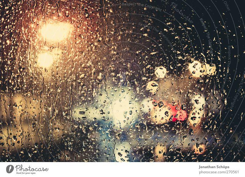 Regen trommelt an mein Fenster I ruhig Gefühle Traurigkeit PKW Wetter Angst Klima nass Verkehr ästhetisch Wassertropfen Romantik Trauer Straßenbeleuchtung