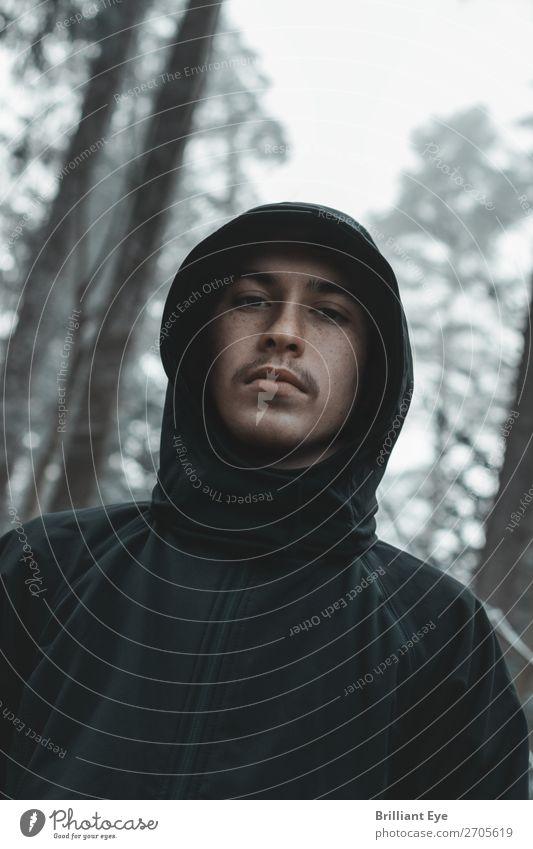 Winterportrait Lifestyle Mensch maskulin Junger Mann Jugendliche 1 13-18 Jahre Natur Wald Mode Kapuze Blick authentisch Coolness kalt Freizeit & Hobby