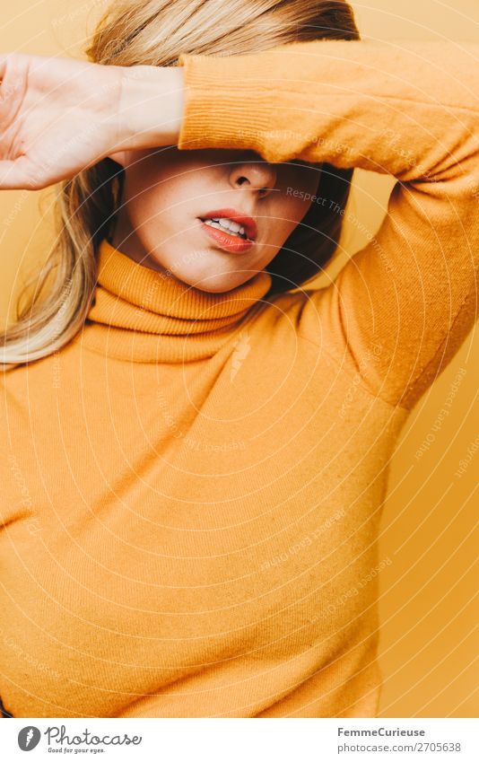 Blonde woman with yellow woollen sweater Lifestyle elegant Stil feminin Frau Erwachsene 1 Mensch 18-30 Jahre Jugendliche 30-45 Jahre Kreativität schön Mode gelb