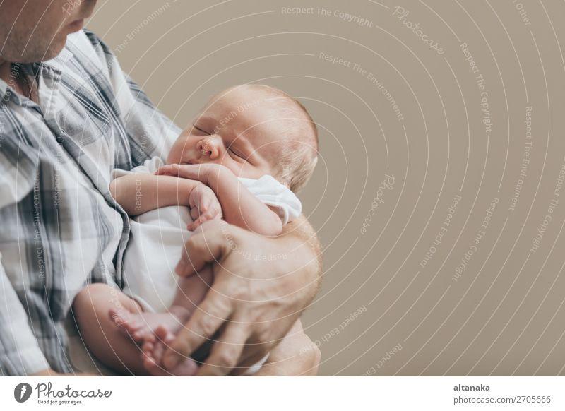 Vater hält neugeborenen Sohn zur Tageszeit. Konzept der glücklichen Familie. Lifestyle Freude Glück Leben Erholung Freizeit & Hobby Spielen