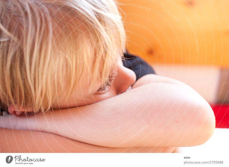 nachdenklich Kind Mensch Erholung Einsamkeit ruhig Traurigkeit Familie & Verwandtschaft Junge Häusliches Leben Zufriedenheit blond Kindheit beobachten Trauer