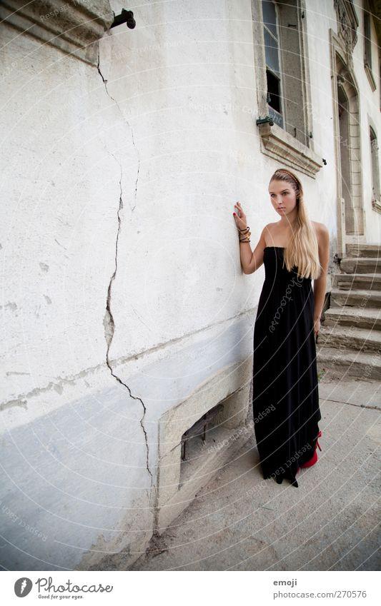 lady feminin Junge Frau Jugendliche 1 Mensch 18-30 Jahre Erwachsene Mauer Wand Fassade Mode Kleid schön elegant Farbfoto Außenaufnahme Textfreiraum links Tag